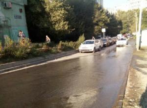 Коммунальные реки затопили улицу в Северном микрорайоне