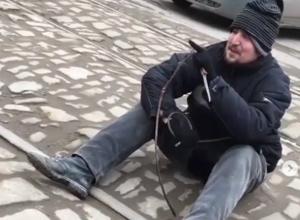 Вооруженный ножом буйный псих воевал с вымышленным врагом на трамвайных путях Ростова