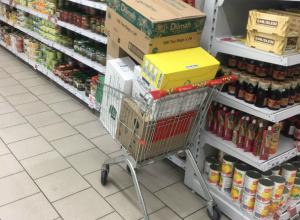 Посетителям ростовского супермаркета пришлось носить покупки в руках