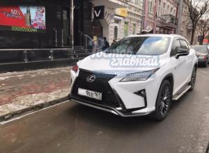 Дорогой автомобиль с «оберегом» от штрафа за парковку высмеяли ростовчане