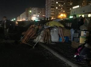Пропахшую дымом одежду «по дешевке» распродают погорелые торговцы у рынка «Темерник» в Ростове