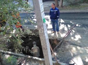 «Война» дорожников и водоканала в Ростове: яму раскопали через несколько часов после укладки асфальта