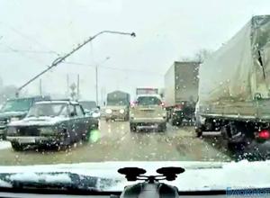 В Ростове-на-Дону столб упал на иномарку (ВИДЕО)
