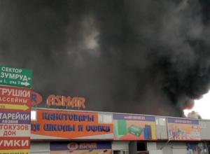 Под Ростовом мощный пожар уничтожает торговый центр