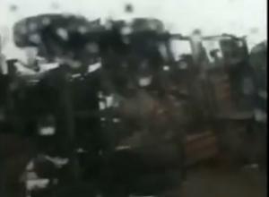 Огромная фура с прицепом, сметая все на своем пути, перевернулась на трассе у аэропорта «Платов» под Ростовом