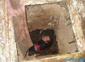 В Ростовской области спасатели достали из ямы мужчину, который упал туда, справляя нужду