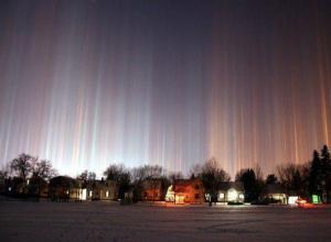 Световые столбы в небе над Ростовом восхищенные жители сняли на фото