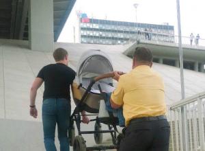 Проклинающие «доступную» среду мужики тащили на себе детскую коляску в Ростове