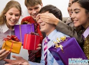 Каждому третьему ростовчанину необходимость скидываться на подарки коллегам бьет по карману