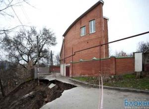 В Ростове из-за обвала земляной насыпи дома оказались под угрозой обрушения