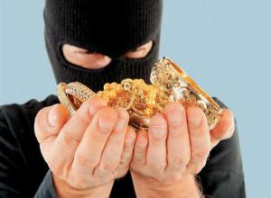 Рецидивист с приятелем похитили ювелирные изделия и парфюмерию у аксайчанки