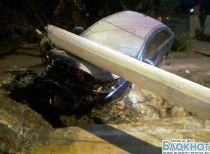В Ростове «Митсубиси» врезалась в опору ЛЭП, столб раздавил иномарку. ФОТО