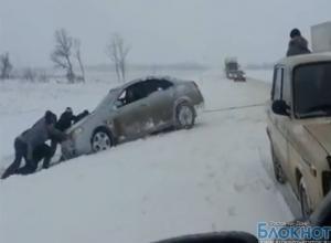На трассе М-4 «ДОН» водители помогают друг другу вытаскивать авто из снежных заносов (ВИДЕО)