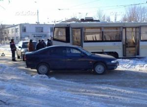 В Новочеркасске сошедший с рельсов трамвай снес две машины