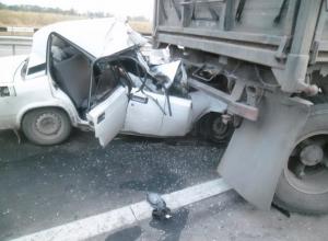 В Ростовской области уснувший водитель на «ВАЗ-2107» врезался в КамАЗ: двое погибли