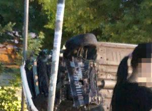 Улетевшая с проезжей части легковушка врезалась в дерево и опрокинулась на дорожные знаки в Ростове