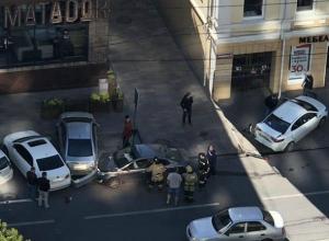 Умерший за рулем водитель Kia врезался в три автомобиля в центре Ростова