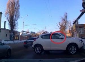В Ростове-на-Дону иномарка «сбежала» от хозяйки и совершила ДТП. Видео
