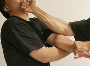 Мужчина голыми кулаками отправил приятеля в больницу в Ростовской области