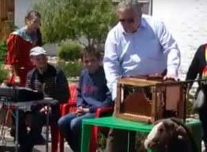 «Современный папа Карло» с шарманкой устроил телепортацию в детство и попал на видео в Ростове