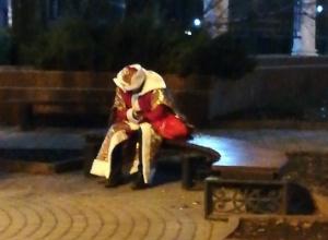 Изрядно «накативший» Дед Мороз решил передохнуть на лавочке в центре Ростова