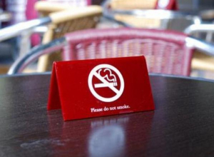В Госдуму внесен законопроект, разрешающий курить на летних верандах кафе и ресторанов