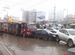 В Ростове у пригородного вокзала столкнулись 8 легковушек, автобус и две маршрутки