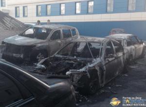 Очевидцы рассказали о поджоге шести иномарок в одном из дворов Ростова. Фото, видео