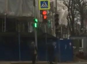 «Взбесившийся светофор» в Ростове горожане сняли на видео и высмеяли