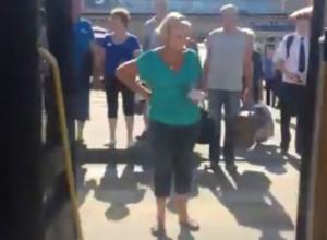 «Проветривавший» пассажиров открытой дверью сзади маршрутчик попал на видео в Ростове
