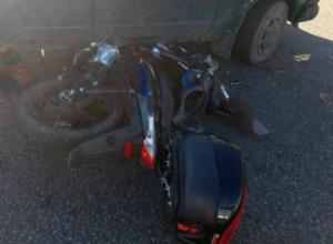 Протаранивший легковушку на бешеной скорости мотоциклист попал в реанимацию под Ростовом