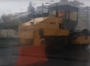 Прокладка асфальта во время проливного дождя лишила дара речи ростовских водителей