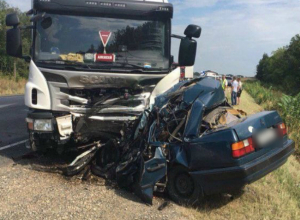 Двое мужчин погибли в жутком лобовом ДТП с фурой на трассе Ростовской области