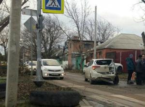 Опасным крутым пике с вылетом в светофор закончилась для автолюбителя встреча с иномаркой в Ростове