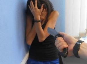 Молодая женщина с ножом в животе была обнаружена в одном из частных домов Ростова