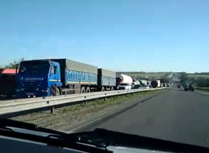В огромную пробку попали сотни взбешенных утренним ремонтом дороги водителей под Ростовом