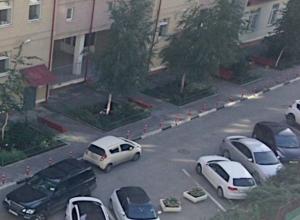 Психованная девушка на Лексусе избила чужую припаркованную машину в Ростове