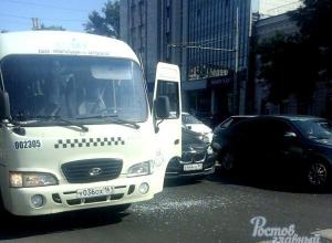 Буйный пешеход выразил свое недовольство, разбив стекло маршрутки в Ростове