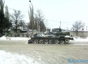 Улицы Новочеркасска расчищают от снега танки