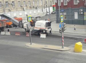 Дорожники, снимающие слой свежеуложенного асфальта в центре, попали на видео и вызвали ярость жителей Ростова