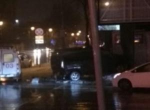 Буйный микроавтобус протаранил рекламный щит в центре Ростова-на-Дону