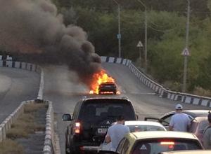 Вспыхнувшая ярким огнем иномарка спровоцировала огромную пробку на мосту в Ростове