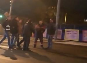 Гладиаторские бои устроили на середине дороги разгоряченные самцы Ростова-на-Дону