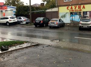 Глубокая яма на улице Ростова стала серьезным испытанием для автовладельцев