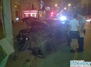 Ночью в центре Ростова «БМВ» в результате ДТП врезался в столб
