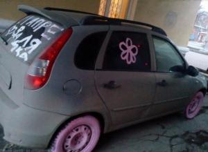 """«Розовое» издевательство над иномаркой шокировало девушку-""""зайку» в Таганроге"""