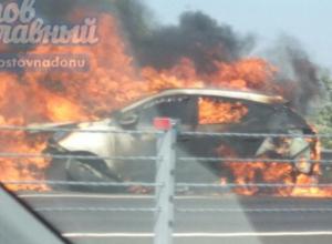Объятая огромным пламенем иномарка недалеко от въезда в Аксай попала на видео