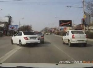 В Ростове гонщик на «Мерседесе» спровоцировал аварию и едва не сбил человека, нарушив ПДД. ВИДЕО