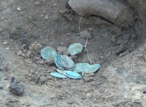 Старинный клад с медными монетами раскопали у стадиона под Ростовом