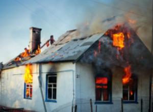 Трехлетняя девочка и ее бабушка серьезно обгорели при пожаре в частном доме Ростовской области